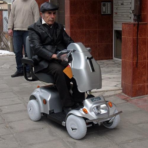 Акумулаторна количка тип скутер. Специален волан за управление от хора с увредени ръце/горни крайници